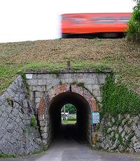 第八架道橋を行く列車