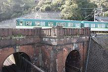 蝉丸跨線橋を行く列車