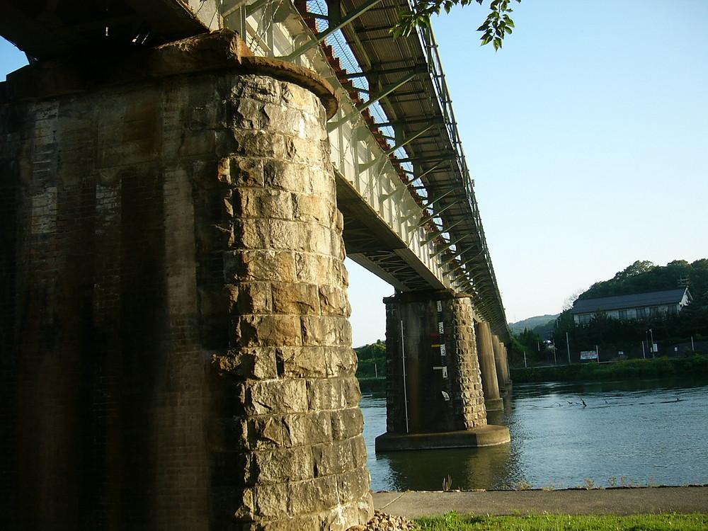 旭川橋梁 手前が架橋当時からの橋脚