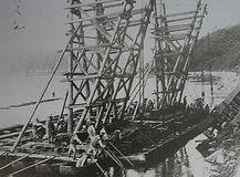 橋脚の木組み作業 中鉄九十年の歩み