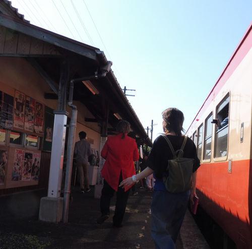 懐かしの昭和の展示を見に降り立つ乗客