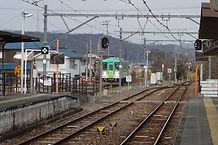 粟生駅に入線する列車