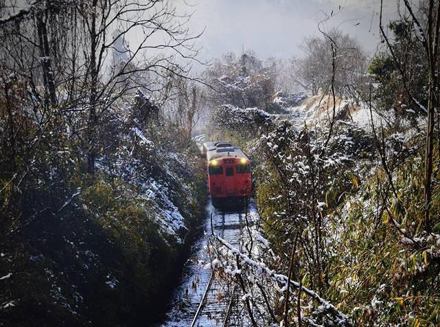 雪の切通を行くキハ 弓削~神目 2018-1 河西さん  修正.jp
