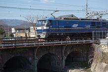 貨物列車の行く橋梁