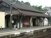 雪の弓削駅舎