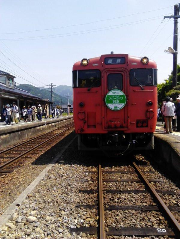 美作加茂に停車中のスローライフ列車。秋にはノスタルジーを入れて欲しい津山市