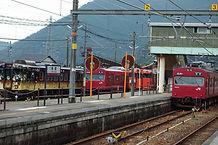 寺前駅に並ぶ列車