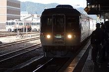 特急入線と乗客