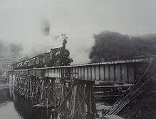 復旧工事後の旭川鉄橋を行く列車(中鉄九十年の歩み)