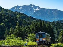 残雪の山を背に 大糸線 赤野さん1 (2).jpg
