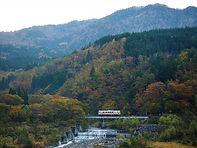 紅葉の中鉄橋を渡る