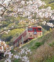 牧山駅を出る列車