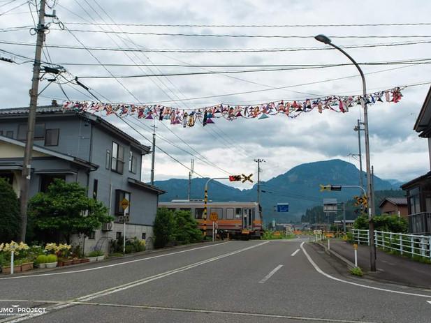 七夕飾りのある踏切を行く120 根知 糸魚川 赤野さん 撮影.jpg