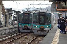 125の列車交換粟生駅.jpg