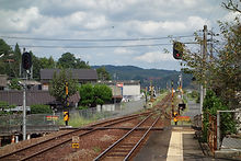 建部駅 遮断機の設置された構内通路