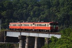 加茂川橋梁を渡る