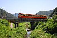 三谷川橋梁を渡る列車