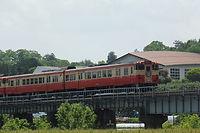 加茂川を渡る列車