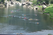 木津川でカヌーを楽しむ