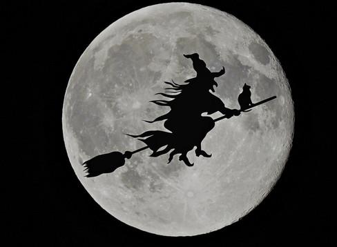 サンタクロースよりホウキに乗った魔女