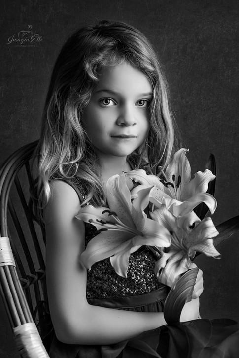 fillette portrait artistique en studio fleurs noir et blanc