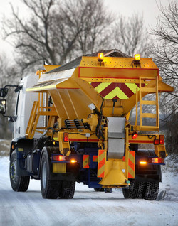 gritter-spreading-grit-over-a-snow-covered-lane-uk-C5320J