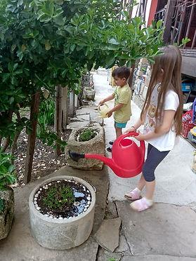 Viki i Stefan-грижа за цветята.jpg