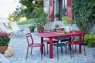 table-de-jardin-en-metal-rouge-dans-une-