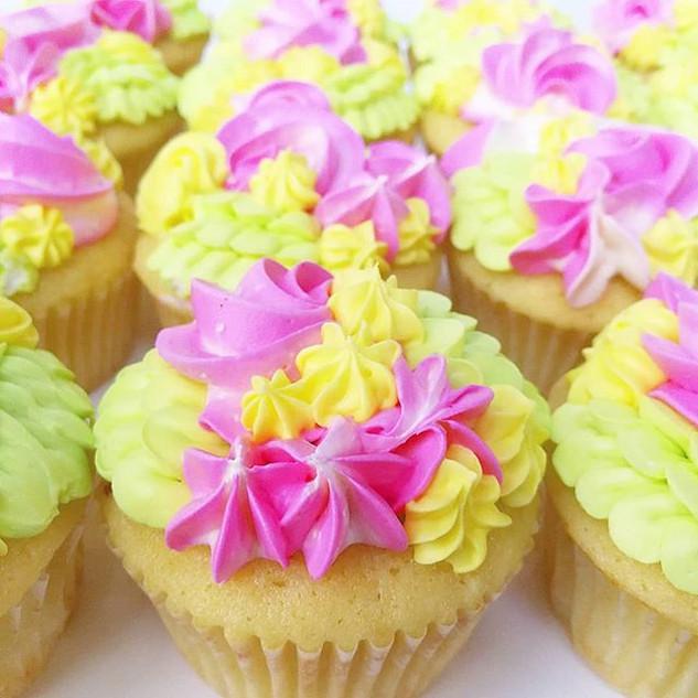 Garden Party Cupcakes!! • • •__#sweetkat