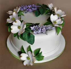 one tier cake with sugar flowers