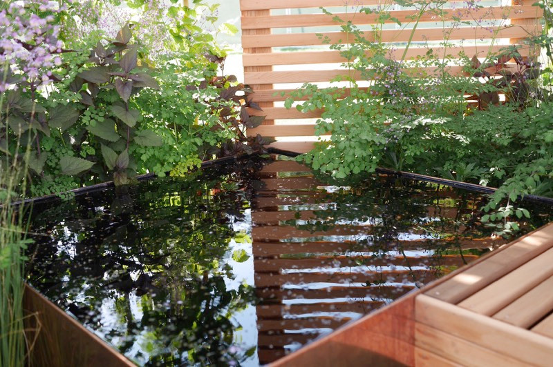 reflective contemporary water feature.jp