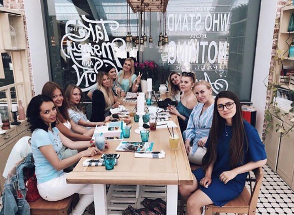 Друзья познаются... за столиком в кафе здорового питания Have A Nice Day