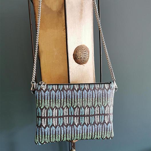 Pochette bandoulière personnalisée avec le motif Opala col nattier.