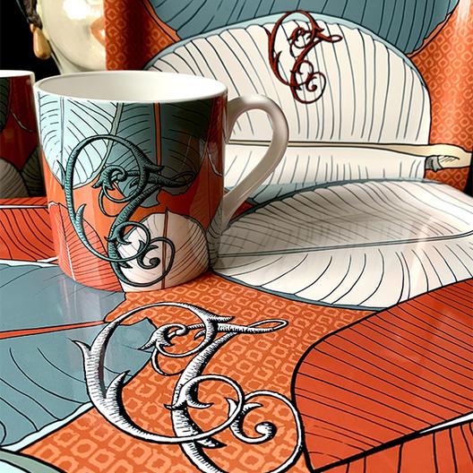 Plateau et mug personnalisés avec le motif Bali corail et des initials.