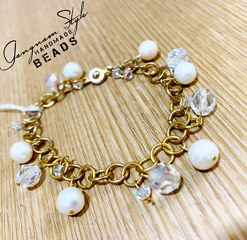 Beautiful bracelet with pearl and glass beads