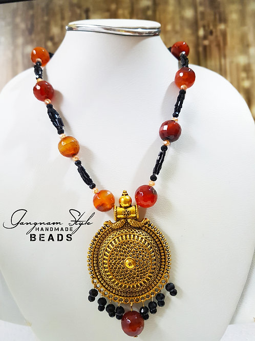 Stylish necklace with Golden metal locket