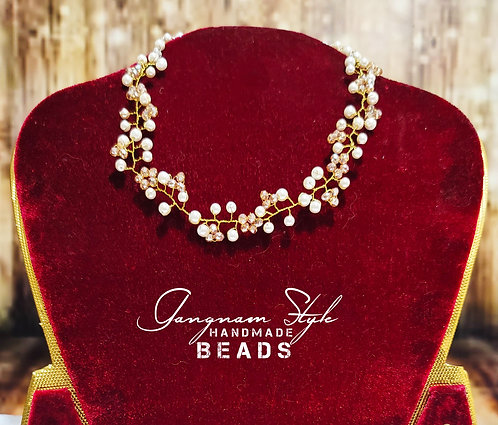 Beautiful necklace with pearl and crystal beads
