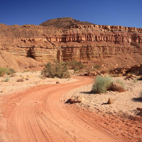 Estrada entre montanhas rochosas