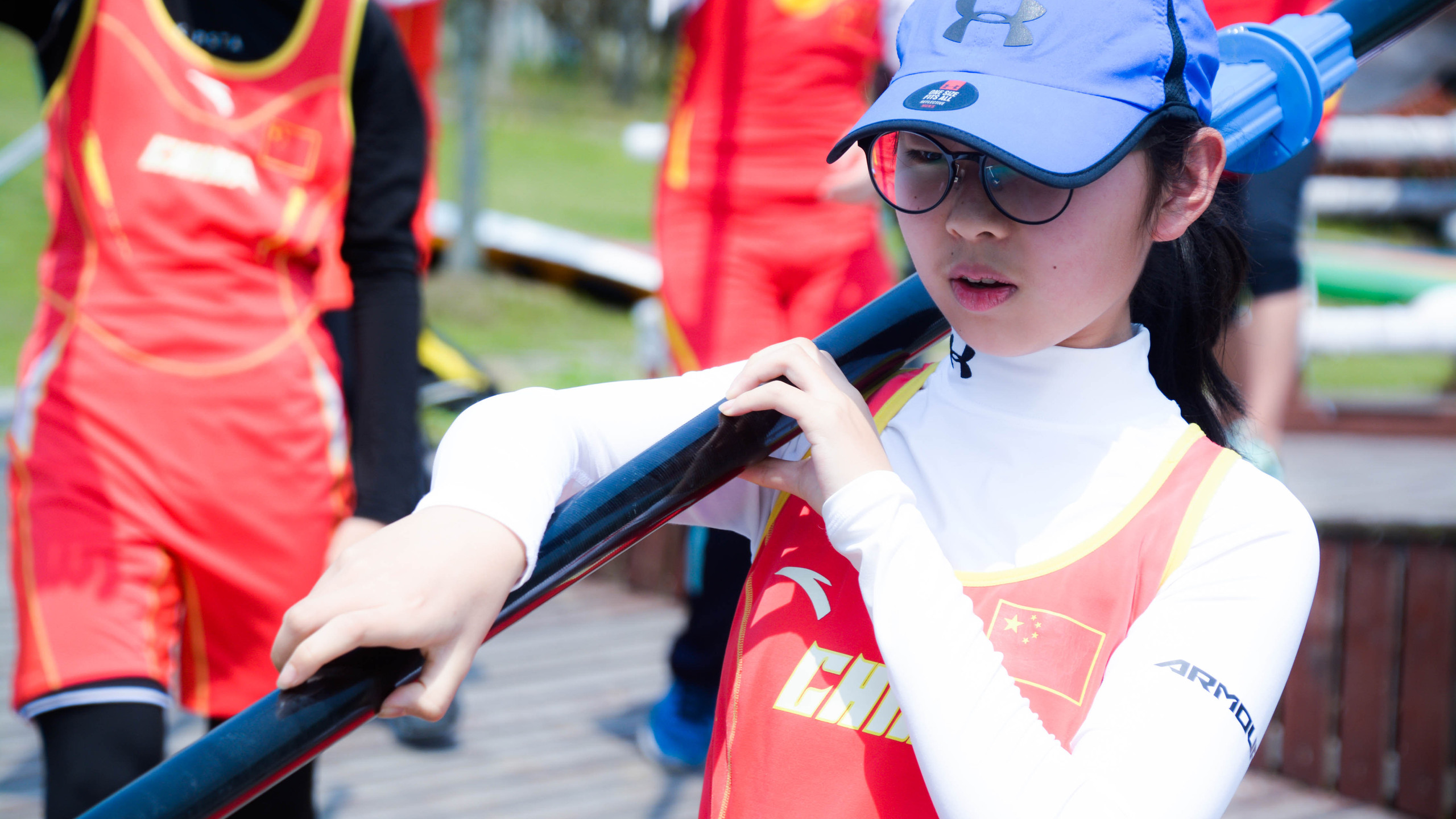 After the official greetings and pix, the young Chinese novices started to bring down the oars.