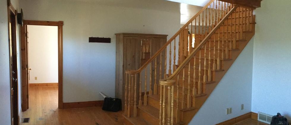 Escalier et salle à manger avant