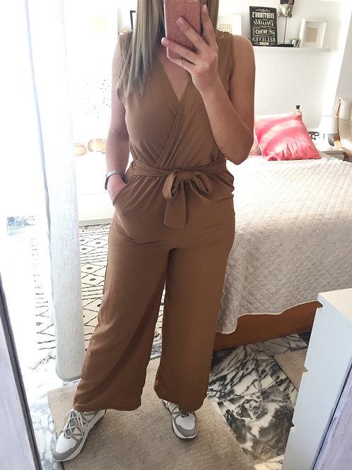 Macacão liso c/bolsos camel