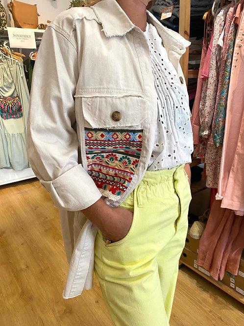 Casaco étnico com bolso bordado