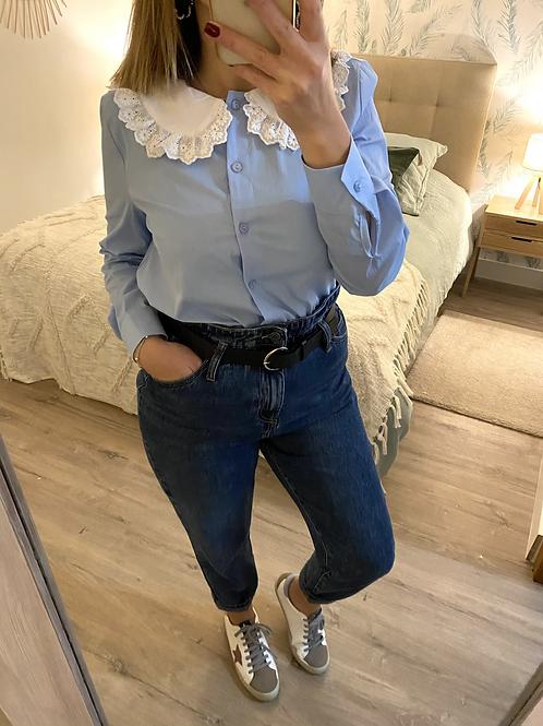 Camisa azul com gola branca