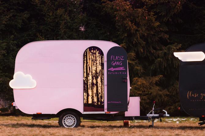 Nowa różowa fotobudka Flasz Gang w przyczepie