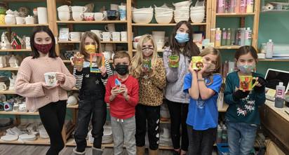 ceramica_-children-holding-up-their-hand