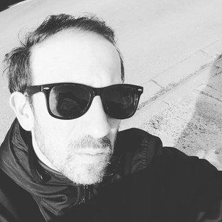 Olivier ROCHEAU l'artiste aux lunettes noires