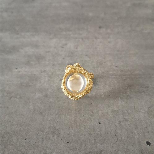 Bague coulée dorée et sa pierre cristal transparente