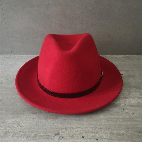 Chapeau rouge carmin forme Fedora