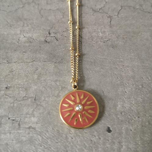 Collier médaille ronde en émail taupe poudré et strass
