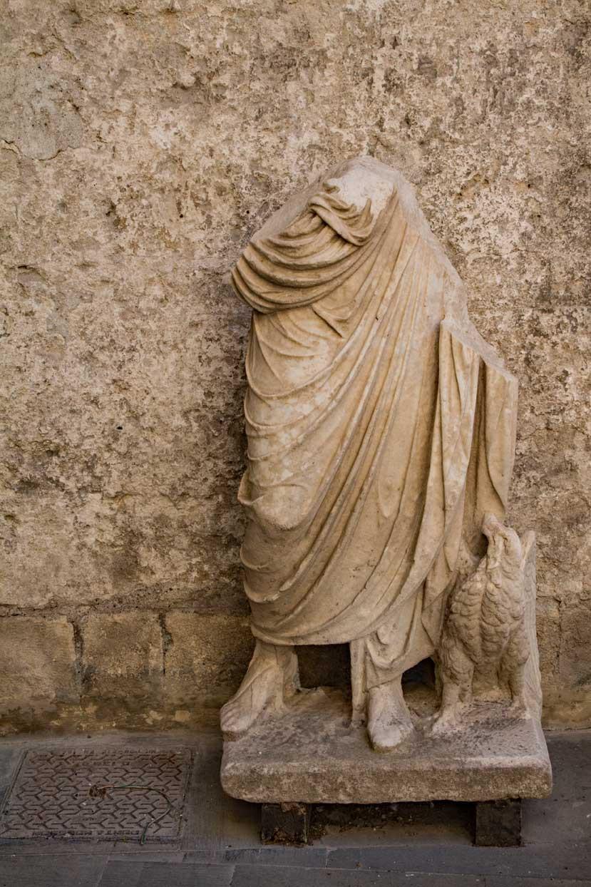 Statue Palazzo Vitelleschi Tarquinia Lazio